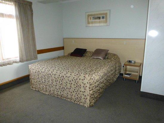 Amross Court Motor Lodge: King Bett