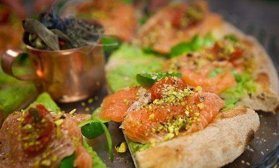 La Locanda di Antonio: Pizza con mous di zucchina, salmone marinato con zenzero vaniglia e limone, trito di pistacchi d