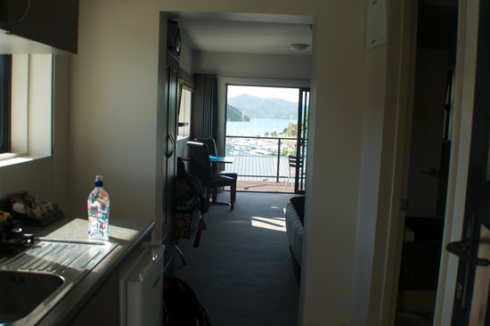 Harbour View Motel Picton: Entrance and kitchenette