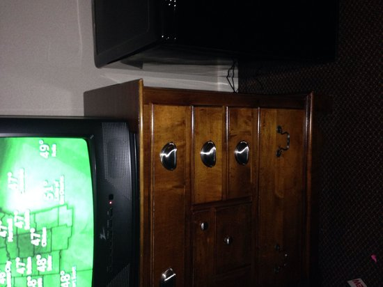 Four Points by Sheraton Kansas City Airport: Mismatched hardware and an old TV.