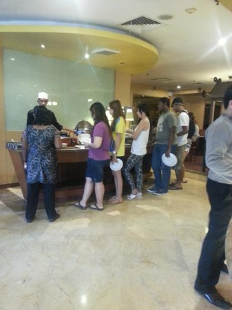 Mercure Batam: Looooong queue in the egg station! First time I've seen this sort! Poor staff! So much pressure!