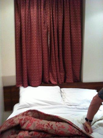 Wedgewood Hotel: width of room