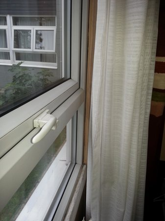 Mercure Chester Abbots Well Hotel : The curtains were dirty and smelly