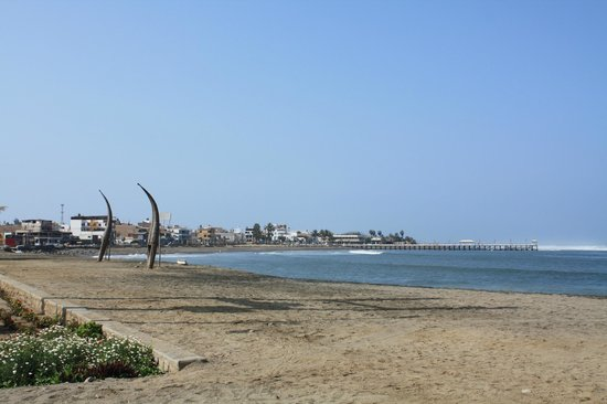 Naylamp : View of Huanchaco beach from the front door of the hostel