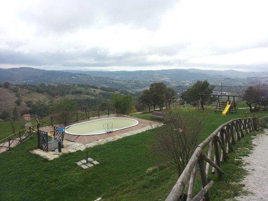 Agriturismo Borgo San Benedetto : Piscina con area giochi