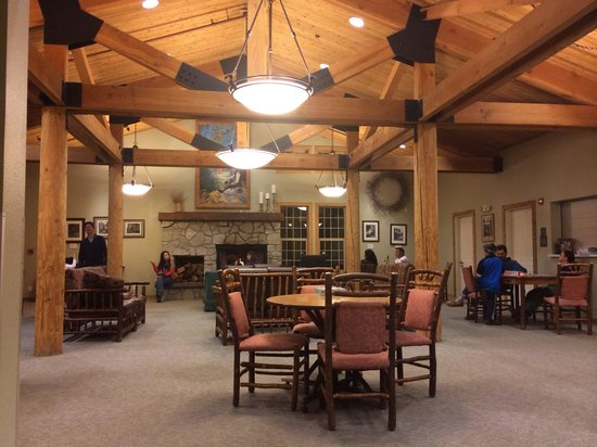 John Muir Lodge: Small and cozy lobby
