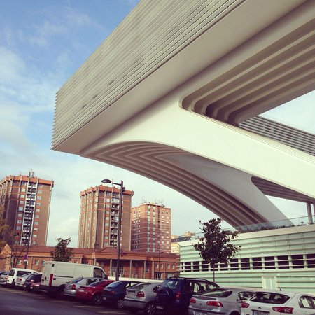 Ayre Hotel Oviedo: Voladizo edificio, increíble.