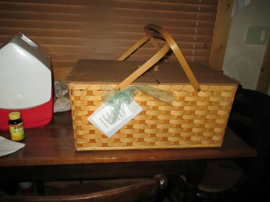 Pine Grove Park Bed and Breakfast Guest House: Breakfast arrives in a cute picnic basket