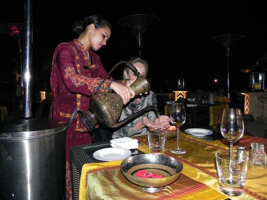 The Leela Palace Udaipur: Handwaschung mit Rosenwasser
