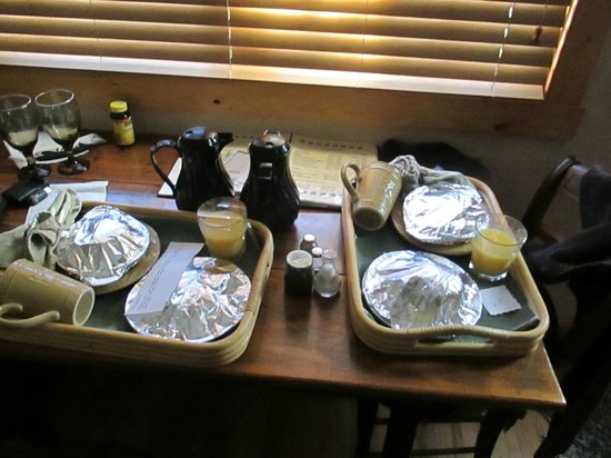 Pine Grove Park Bed and Breakfast Guest House: Breakfast is served!