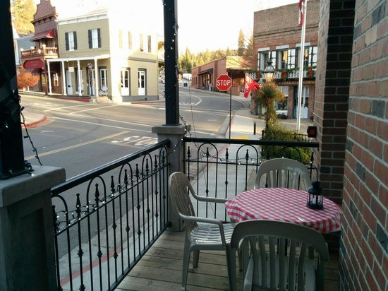 Nevada City Eats: Lovely deck for outdoors dining.