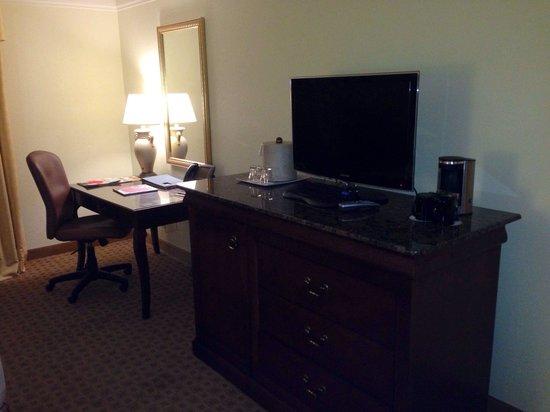 Rosen Plaza Hotel : Mini TV. And desk