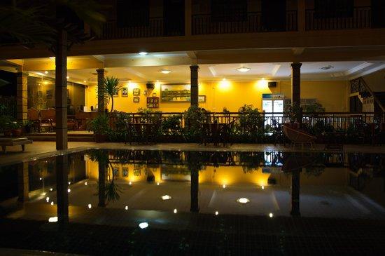 Grand Sihanoukville Hotel: Вид на ресепшен со стороны бассейна