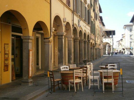 Belladudea: i tavoli fuori dal corso.. in pieno centro storico