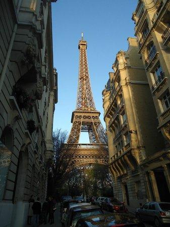 Castel Cafe: Visão da Torre Eiffel a da frente do Café Castel.