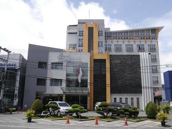 Grand Anugerah Hotel Bandar Lampung: hotel from the road