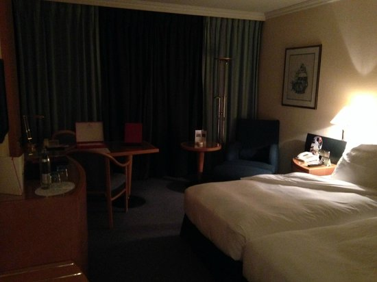 Le Royal Hotels & Resorts - Luxembourg : bed and office
