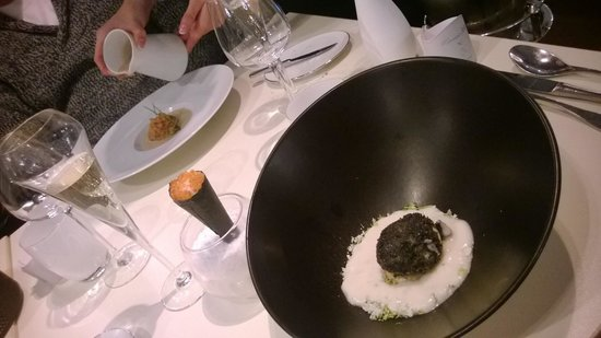 Monsieur Jean : oeuf frit, arrière plan : foie gras crumble pain d'épices