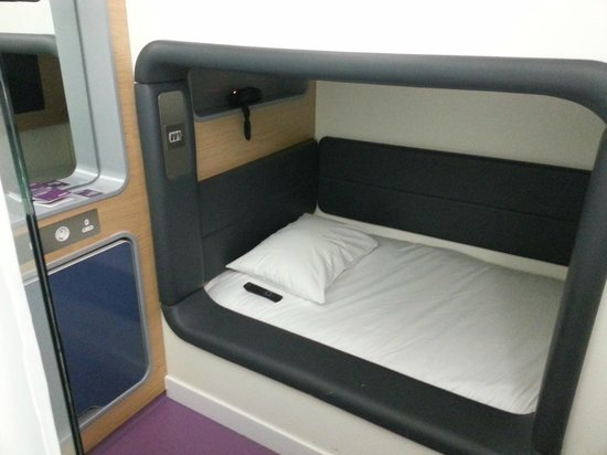 YOTELAIR London Heathrow Airport: Yotel bed