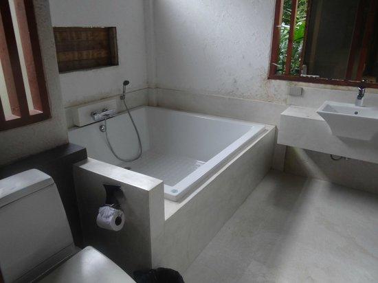 L'esprit de Naiyang Resort: Bath tub
