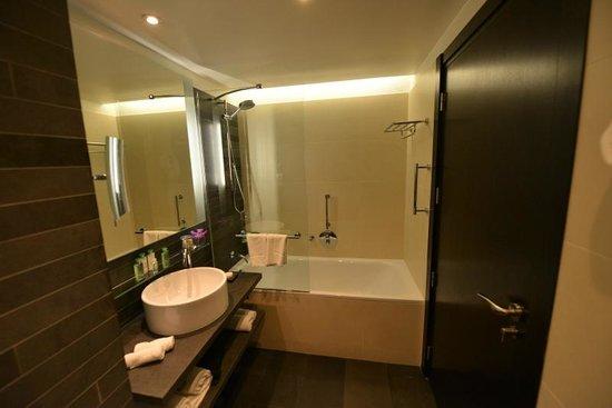Renaissance Paris Arc de Triomphe Hotel: Salle de bain