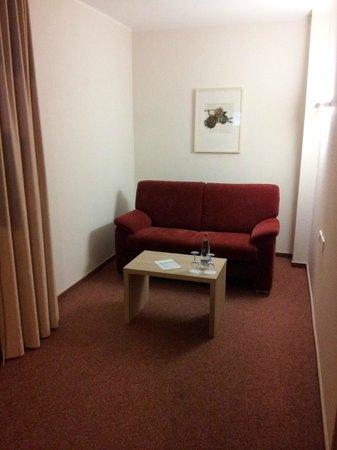 Best Western Plus Hotel Vier Jahreszeiten: Etwas abgeteilt die Couch mit Blick auf TV