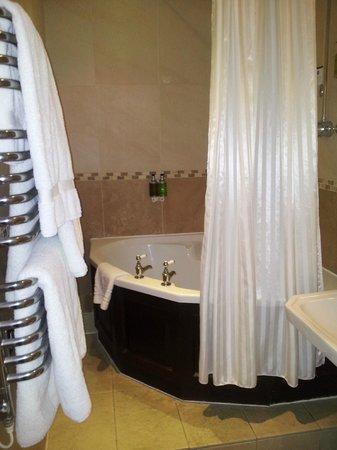 BEST WESTERN PLUS Dean Court Hotel: The fabulous corner bath
