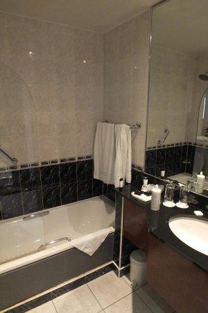 Camden Court Hotel: Cuarto de baño