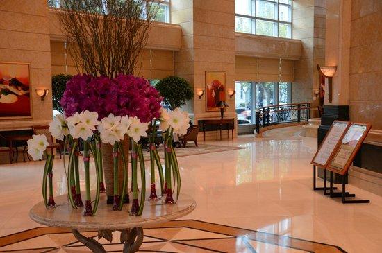 Four Seasons Hotel Shanghai: Hotel lobby