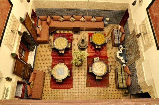 Riad al akhawaine: Vista del comedor desde la habitacion de arriba.