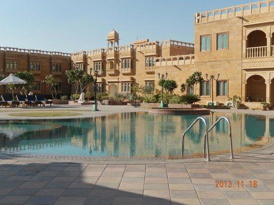 Desert Tulip Hotel & Resort: Piscine et façade intérieure