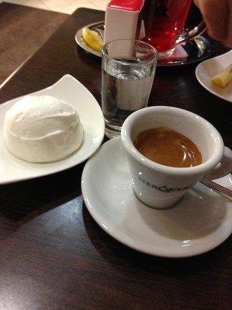 Mihályi Patisserie: Espresso, cream as it should be...