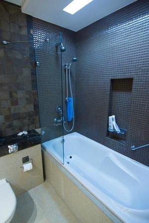 Park Hotel Apartments: Bathtub