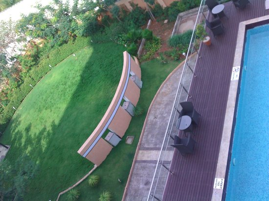 Country Inn & Suites By Carlson Mysore: open ground near swimming pool