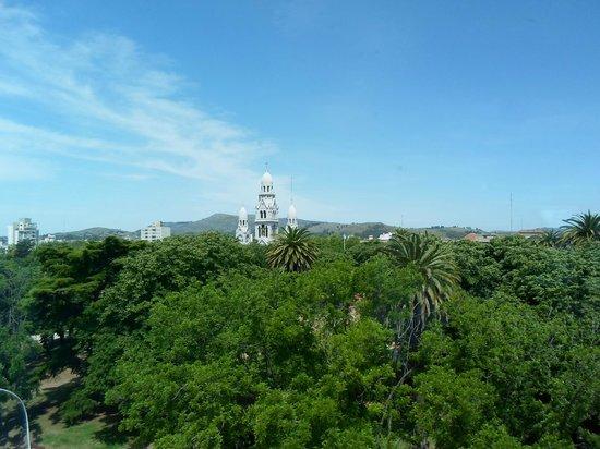 Plaza Hotel: La plaza, catedral y en el fondo paisaje de sierras.