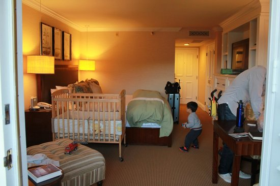L'Auberge Del Mar : standard room w/ our requested crib