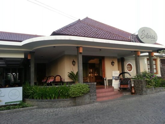 Selaras Guest House & Restaurant: The front of Selaras Guest House