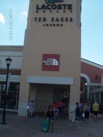 e55ba54c7546 Orlando International Premium Outlets  Local no interior do outlet Premium