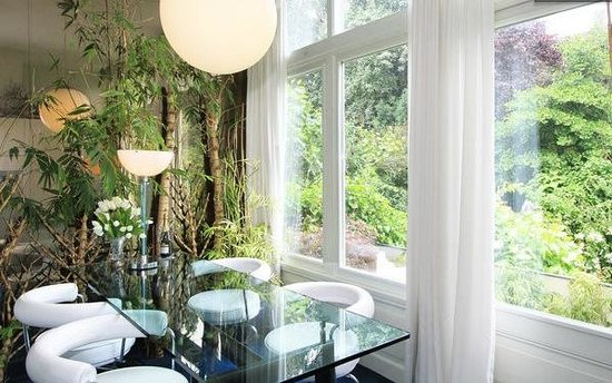 Appartement Maurits: dining room with balcony and garden view