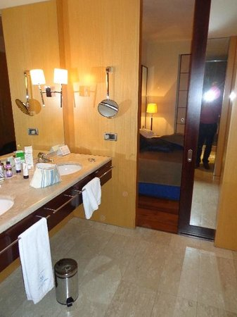 Eurostars Grand Marina Hotel: Loads of space and twin sinks wardrobes behind with a dressing area