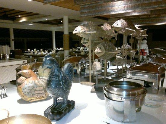 Cape Panwa Hotel: Ресторан поздно вечером (почти ночью) приготовлен к завтраку