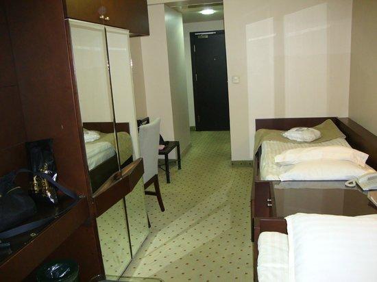 The Peak Hotel : SMALL ROOM