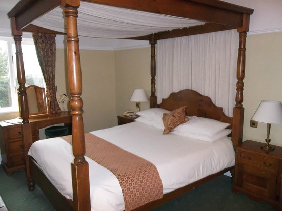 Stonecross Manor Hotel: Our king size four poster bed