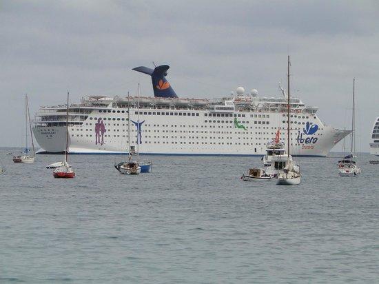 La Darse : cruceros fondeados a la entrada de la bahia