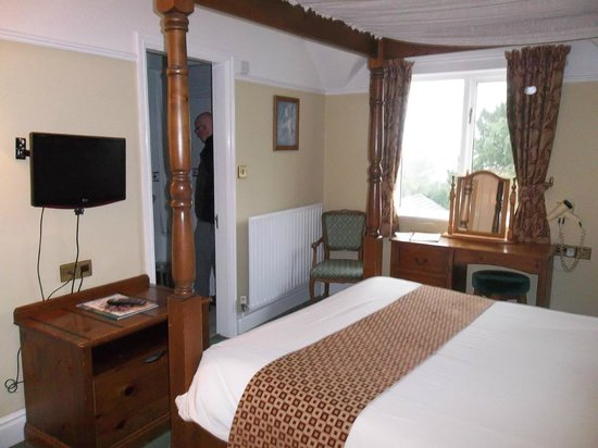 Stonecross Manor Hotel: Our room