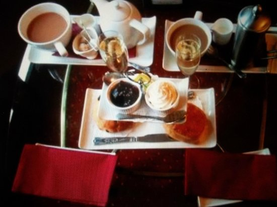Stonecross Manor Hotel: Afternoon tea/coffee with warm scones, butter, jam & cream