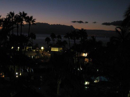 Hotel Jardín Tropical: Fin kvälls utsikt