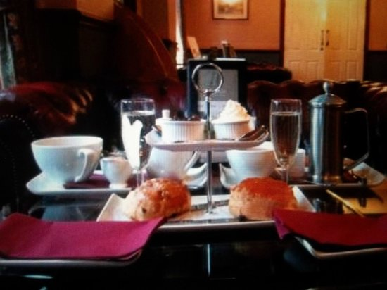 Stonecross Manor Hotel: afternoon tea served in reception area with prosecco.