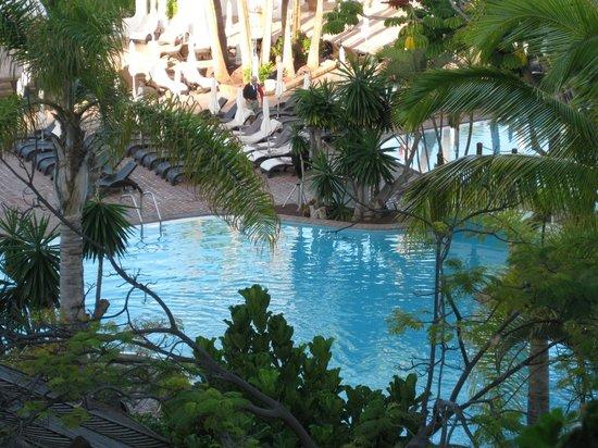 Hotel Jardín Tropical: Poolen