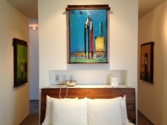 La Casa del Camino: Great track lighting, comfy bed and lots of outlets for your technology